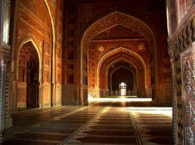1920px-Taj_Mahal_Mosque_Interior_Hall